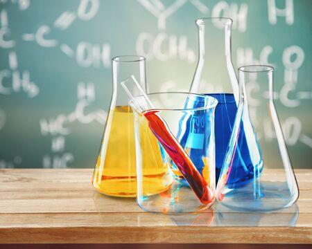 Matraces, vaso de precipitados y tubo de ensayo con líquido