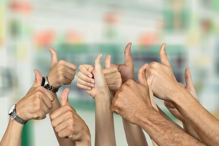 Groupe de personnes mains montrant les pouces vers le haut des signes sur fond