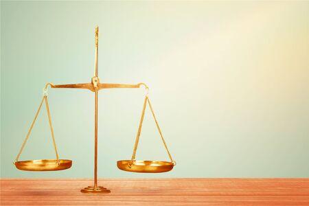 Balanza de la justicia en la mesa, balanza, equilibrio. Foto de archivo