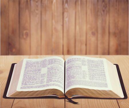 Open Bible on desk 版權商用圖片
