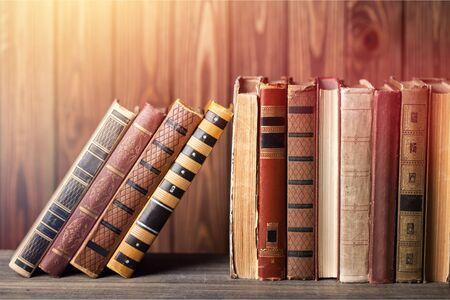 Wiele książek na półce w księgarni