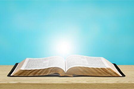 Geöffnetes Bibelbuch auf Tisch