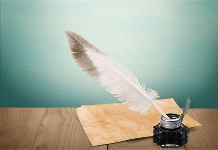 Penna d'oca piuma bianca, calamaio in vetro e vecchia lettera Archivio Fotografico