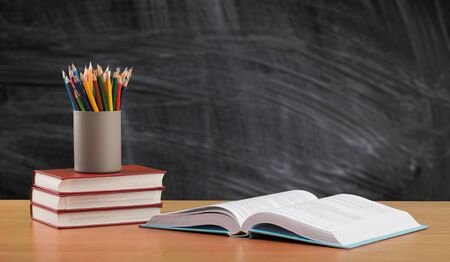 Fondo de regreso a la escuela con libros y pizarra