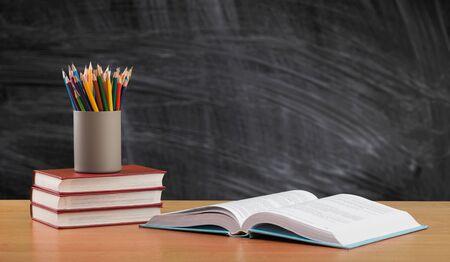 Zurück zum Schulhintergrund mit Büchern und Tafel