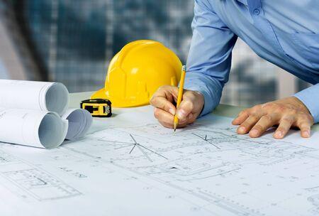 Architetto che abbozza un progetto di costruzione