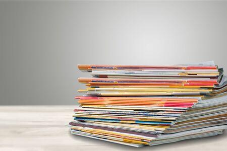 Pile de journaux sur fond blanc