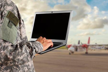 Portret kobiety żołnierza armii amerykańskiej