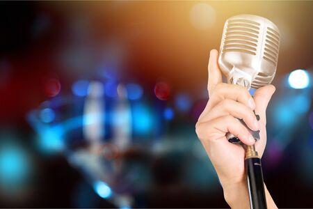 Microphone en métal vintage sur un support