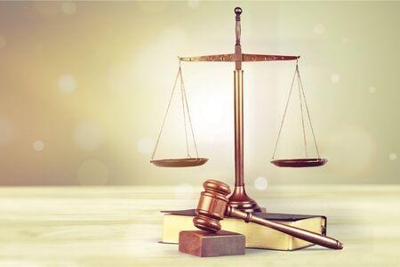 Marteau de juge en bois sur livre avec copyspace.