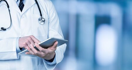 Primer médico en el hospital trabajando con tablet pc