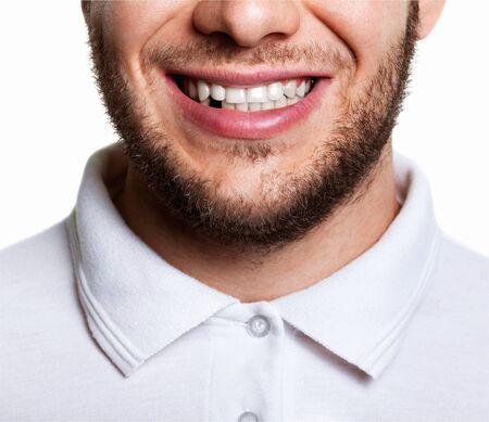 Portrait de beau jeune homme à pleines dents