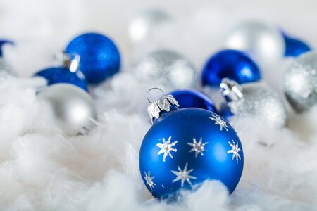 Blue and White Christmas Baubles on the Wadding Banque d'images - 127160757