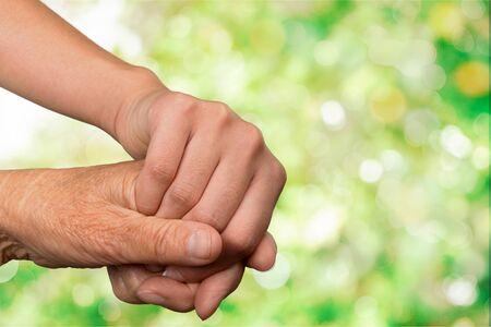 Hände des alten Mannes und einer jungen Frau. Nahansicht.