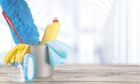 Plastic fles, schoonmaakhandschoenen en emmer op achtergrond Stockfoto