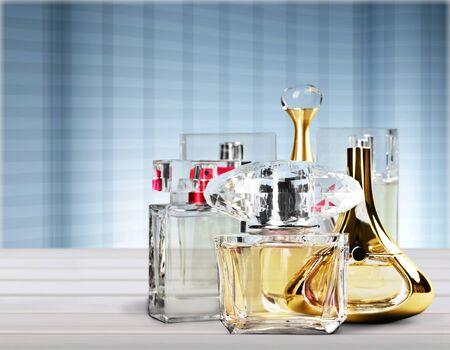Flacons de parfum aromatique sur table en bois sur fond flou