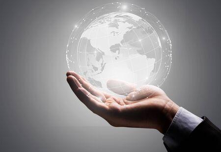 Homme d'affaires tenant en main le concept de connexion globale. Banque d'images