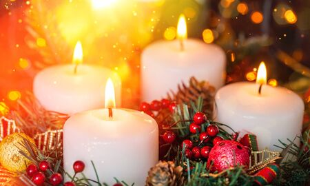 Candles light. Christmas candles burning at night. Abstract candles background. Golden light of candles flame. Standard-Bild