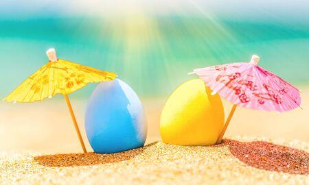 Coloridos huevos de pascua en la playa del océano