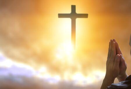 Les mains humaines ouvrent la paume du culte. La thérapie eucharistique bénit Dieu aidant à se repentir. Fond de concept chrétien.