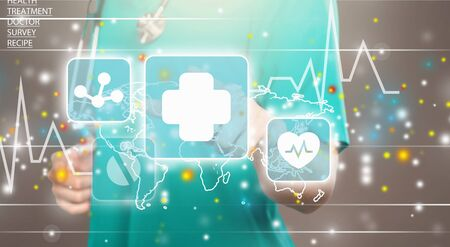 Tecnologie innovative in medicina. Integrazione delle tecnologie dell'informazione dell'innovazione sanitaria. Il medico ha toccato l'icona TECNOLOGIE INNOVATIVE testo sullo schermo virtuale. Big Data, Cloud, AI, Microchip.