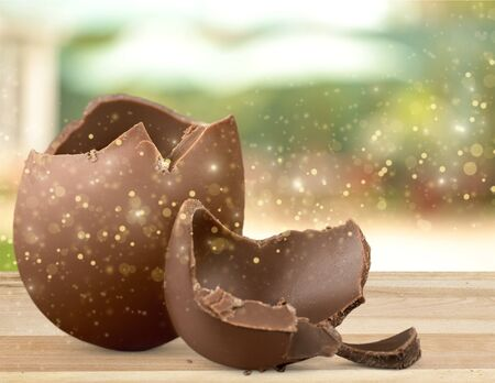 Chocolate Easter egg with the top broken off Stockfoto
