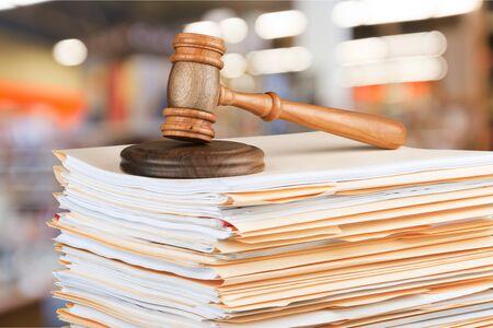 Sędzia młotek i dokumenty w tle