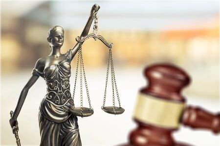 Law concept, sculpture and gavel            - Image Stockfoto