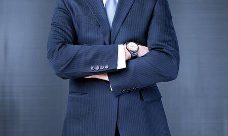 L'uomo d'affari si strappa la maglietta per mostrarla isolata sullo sfondo