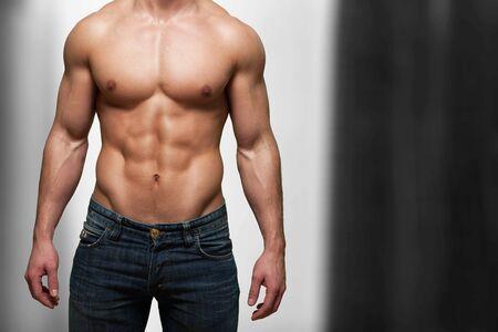 Imagen recortada del cuerpo musculoso en forma de deportista