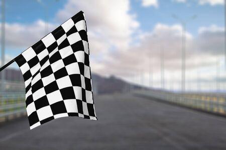 Bandiera sventolante a scacchi sullo sfondo della città. Concetto