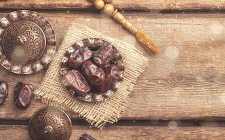 Eid al fitr - Festival de romper el ayuno. Biryani, dátiles y sorbete para untar desde arriba. Romper el ayuno por la noche durante el mes sagrado del Ramadán con alimentos nutritivos. - imagen Foto de archivo