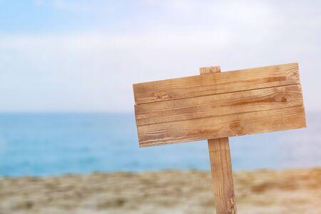 Drewniany znak na białym tle ze ścieżką przycinającą - Obraz
