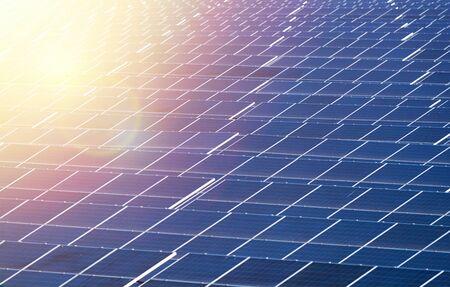 Pannello solare, fonte di elettricità alternativa, concetto di risorse sostenibili, e questo è un nuovo sistema in grado di generare elettricità più dell'originale, questi sono i sistemi di inseguimento solare. - Immagine