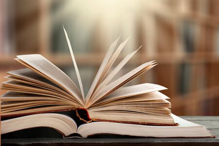 Pila de libros en la biblioteca y desenfoque de fondo de la estantería - Imagen Foto de archivo