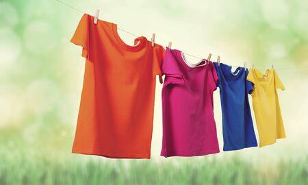 Waschen Sie Kleidung auf einem Seil mit Wäscheklammern auf Hintergrund