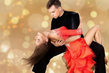 Hombre y mujer, bailando, salsa, en, plano de fondo