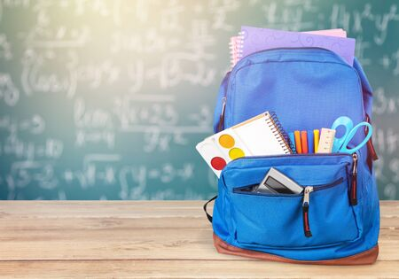 Sac à dos scolaire bleu sur fond. Banque d'images