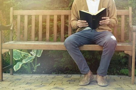 Man reading bible Banque d'images