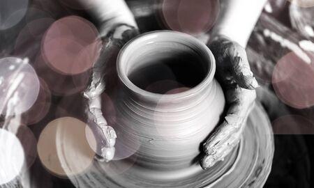 Mano de alfarero haciendo vasija de barro en el fondo