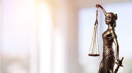 Symbol des Gesetzes, Themis in der modernen Halle. Gerechtigkeit und Recht in der Wirtschaft. Rechtsordnung. - Bild
