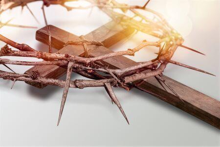 Croix en bois de Pâques sur fond de marbre noir religion concept abstrait dimanche des rameaux - Image
