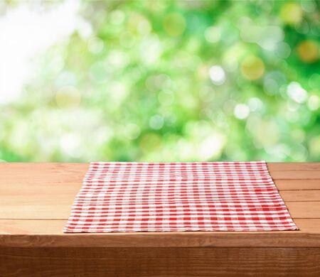 Rote Stoffserviette auf Holzuntergrund