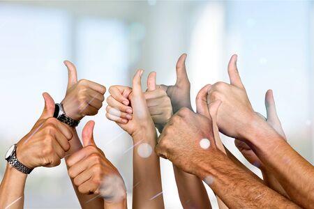 Gruppe von Menschenhänden, die Daumen nach oben Zeichen auf dem Hintergrund zeigen