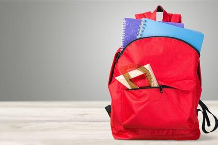 Sac à dos scolaire rouge sur fond. Banque d'images