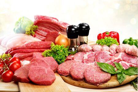 Frischer roher Fleischhintergrund mit Gemüse Standard-Bild