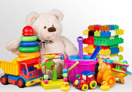 Spielzeugsammlung auf Hintergrund isoliert