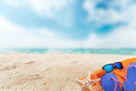 Cappello di paglia, borsa, infradito sulla spiaggia