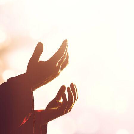 Silhouet rozenkrans tegen kruis in de hand