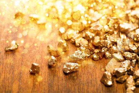 Goldnuggets im Hintergrund. Nahaufnahme Standard-Bild